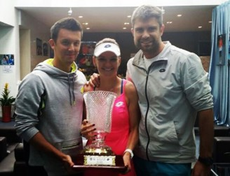 agnieszka-radwanska-and-team-shenzhen-open-wta-tennis-champion-trophy-pose-locker-room